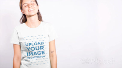 T-Shirt Multiclip Video of a Funny Green-Eyed Woman 13314