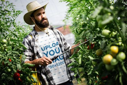 T-Shirt Mockup Featuring a Farmer Cutting Tomatoes 40659-r-el2
